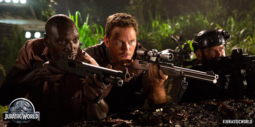 Chris Pratt with rifle Jurassic World