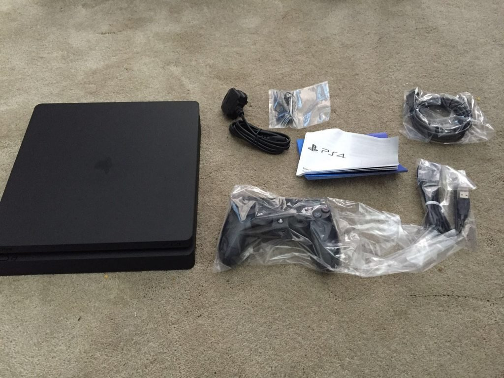 PS4 Slim and cables, ds4