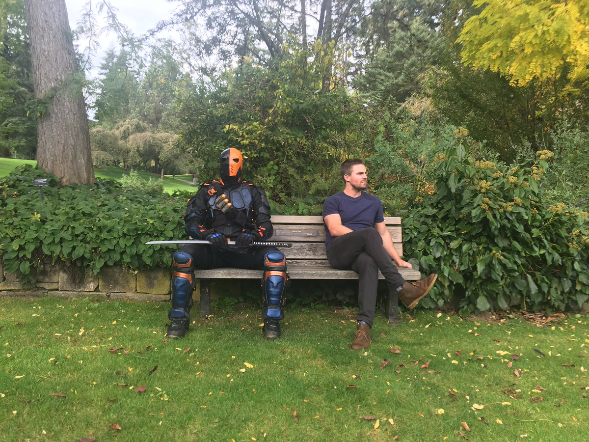 stephen-amell-and-deathstroke